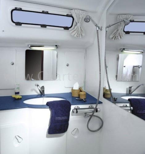 Casa de banho completa com chuveiro dentro do catamara de aluguer Ibiza CharterAlia Lagoon 380 2018