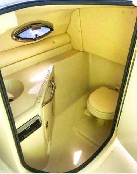Casa de banho interior no barco Sea Ray 270 para aluguer