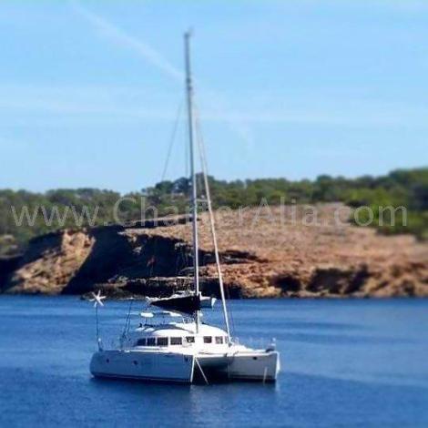 Catamara Lagoon 380 2018 ancorada na praia de Calabassa em Ibiza