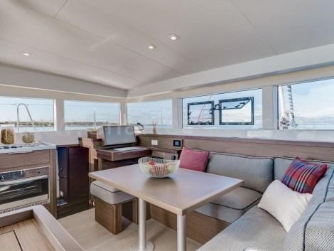 catamara interior Lagoon 40 em Ibiza e Formentera