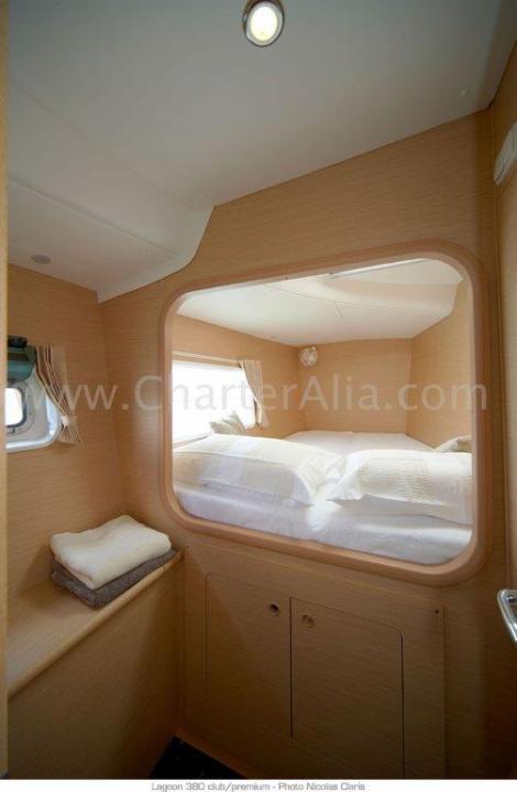 uma das duas cabines de proa do catamara Lagoon 380 de 2019