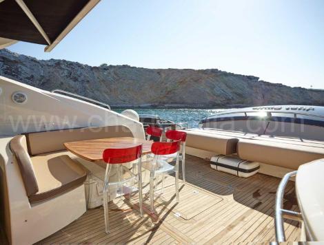 Baralho de popa do iate de luxo em Ibiza Predator 82