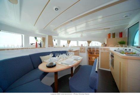 Sala interior do catamara Lagoon 380 de 2019 com cozinha integrada
