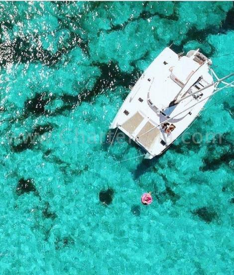 Visao zangao do catamara 2019 Lagoon 380 ancorado em Formentera e os clientes desfrutando