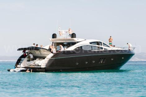 Vista lateral do iate em Ibiza Sunseeker Predator 82