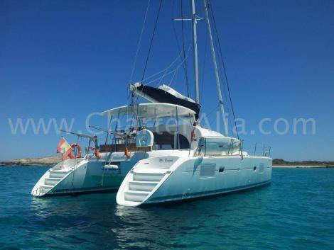 Vista traseira da lagoa 380 2018 catamara contratar em Ibiza com skipper