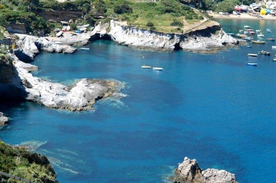 escuriosi_ponza_grotte_barca_nubilato
