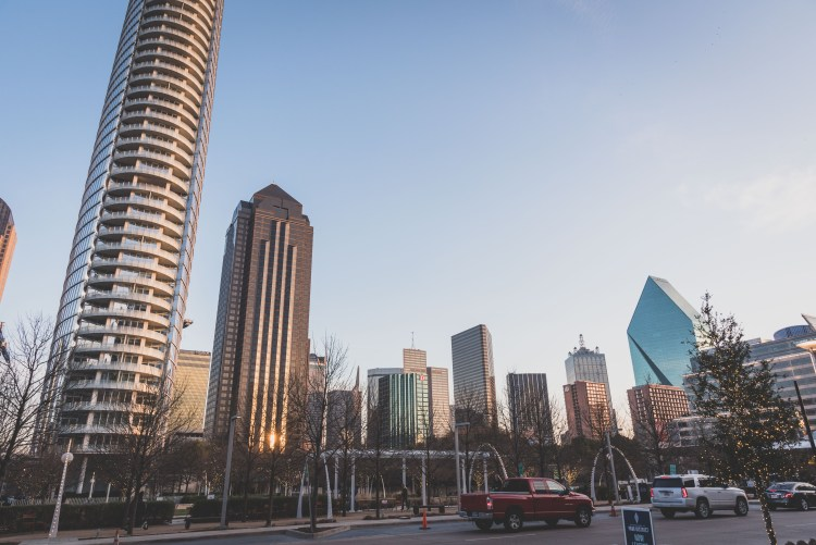 Layover in Dallas: A Quick Guide for 12 Hours | Downtown Dallas | If you have a long layover in Dallas, there are plenty of activities and delicious food to keep you occupied outside the airport. | Chasing Departures | #dallas #texas #thingstododallas #downtowndallas #layover #travel #guide