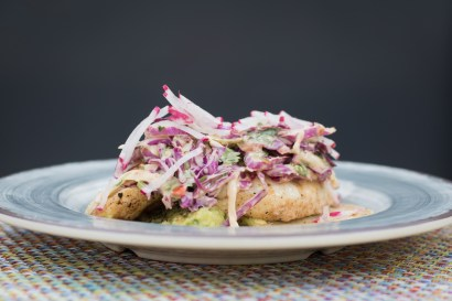 Pescado w/ grilled mahi mahi, chipotle slaw, guacamole