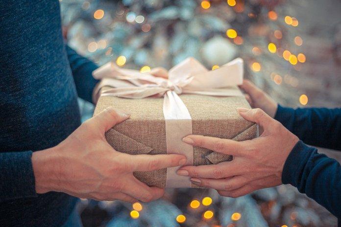 Top 5 Geschenke für einen Junggesellen Bob_Dmyt / Pixabay Werbung – dieser Artikel wurde gesponsert. Sie wissen nicht, was Sie einem Junggesellen schenken können? Wir haben 5 grossartige Ideen für Sie entwickelt, die vom stärkeren Geschlecht sicher geschätzt werden. In unserem Top finden Sie coole, nützliche und sogar etwas seltsame Dinge, im Allgemeinen Ideen für jeden Geschmack. Die meisten Männer spielen sehr viel. Sie verbringen viel Zeit auf casimba.com und daher werden sie kaum das Angebot ablehnen, Poker oder Roulette zu spielen. Brettspiele sind besonders in der kalten Jahreszeit beliebt, wenn man nicht ausgehen möchte, aber gerne Zeit mit Freunden verbringt. Wenn der Geburtstag eines Junggesellen im Winter ist, dann ist ein gutes Brettspiel das beste Geschenk. Eine Flasche teuren Whisky. Kein Vertreter des stärkeren Geschlechts wird eine Flasche guten Whisky ablehnen, besonders wenn Sie damit einverstanden sind, ihn mit ihm zu trinken. Das kann auch ein gutes Geschenk für das Neujahr sein. Popcorn-Maschine. Schenken Sie solche Maschine dem Mann, der gerne verschiedene Filme und Fernsehsendungen sieht. Sie werden sagen, dass Sie Popcorn in der Mikrowelle machen können. Ja, aber irgendwie ist es banal, besonders für einen echten Filmfan. Eine Popcorn-Maschine kann auch zur Einweihungsfeier geschenkt werden. Sets für Junggesellen. Solche Sets gibt es oft in Online Shops mit ungewöhnlichen Geschenken. Oft sind Kondome, Zigaretten und Geld im Set enthalten, all dies ist unter Glas gerahmt. Die Inschrift auf dem Geschenk besagt, dass das Glas bei Bedarf zerbrochen werden sollte. Solche Sets werden oft Freunden geschenkt. Schenken Sie zum Jubiläum eines einen Balkongrill. Ein solches Geschenk wird auf jeden Fall einem Mieter eines mehrstöckigen Gebäudes gefallen, der gerne einen Grill organisiert, ohne die Wohnung zu verlassen. Geschenke, die die persönliche Würde verletzen oder wie ein nicht allzu schöner Hinweis auf etwas wahrgenommen sein können, gibt es auch. 