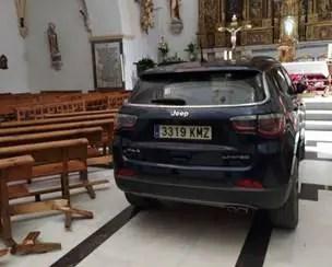 Fiel lança seu carro contra altar de uma igreja