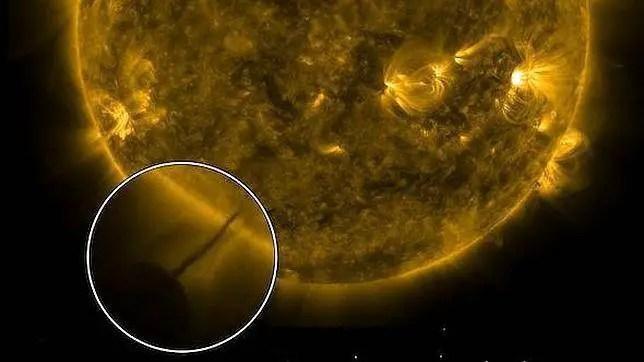 A sugestão é que há alguma forma um gigante pairando objeto esférico perto do sol.