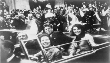 O presidente Kennedy, sua esposa (Jacqueline) e o governador do Texas, John Connally, na limusine presidencial, minutos antes do assassinato.