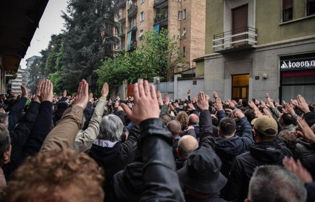 Neofascism, 800 people gathered and Roman greetings to the garrison to remember Sergio Ramelli