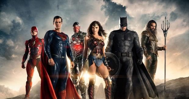Alcuni mesi dopo l'eroico sacrificio di Superman, Bruce Wayne e Diana Prince formano una squadra di metaumani composta da Aquaman, Cyborg e Flash, al fine di fronteggiare la minaccia di Steppenwolf, giunto sulla Terra alla ricerca di tre scatole madri con il suo esercito di Parademoni.
