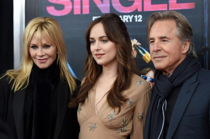 Melanie Griffith, Dakota Johnson et Don Johnson lors de la première à New York de `` Comment être célibataire '' au NYU Skirball Center le 3 février 2016.