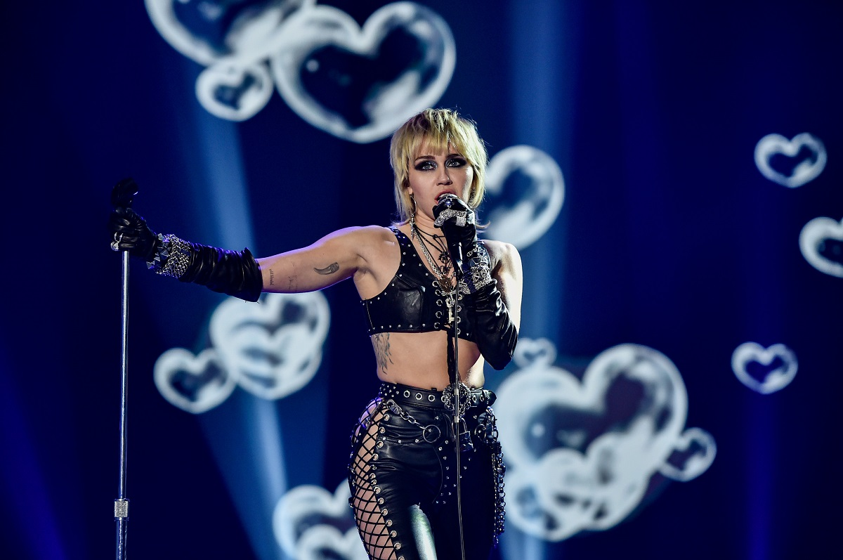 Miley Cyrus will play at Dick Clark's Rockin 'New Year's Eve with Ryan Seacrest 2021 broadcast on December 31, 2020 and January 1, 2021.