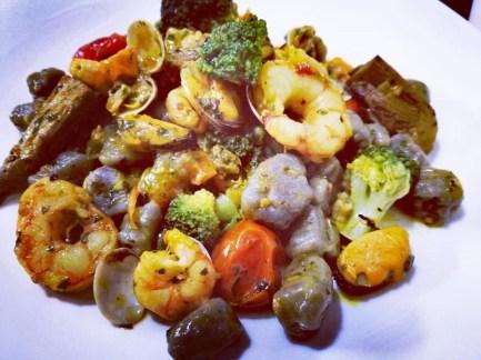 Paola Cassandra Talarico: Gnocchi di patate viola (fatti da me) ai Frutti di Mare con Carciofi, Broccoli e Datterini Gialli e Rossi.