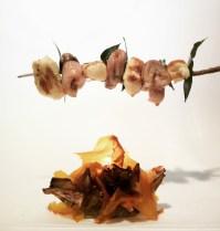 """Edo Codalli: """"Spiedo sul fuoco"""". Spiedo di gnocchi al limone/anguilla glassata/alloro. Carciofo fritto con crema di carciofo/olio alloro/fogli di pomodoro"""