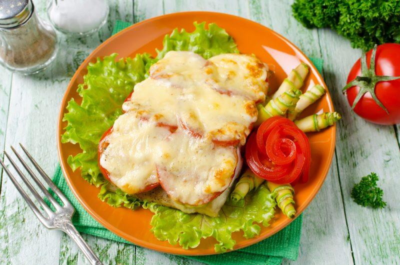 Hur man lagar chumlax med tomater under en ostskorpa