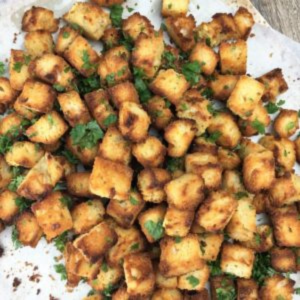 Crunchy Garlic Bread Bites - just 10 minutes in the oven gives you the best ever garlic bread snack cubes - crunchy on the outside but chewy on the inside
