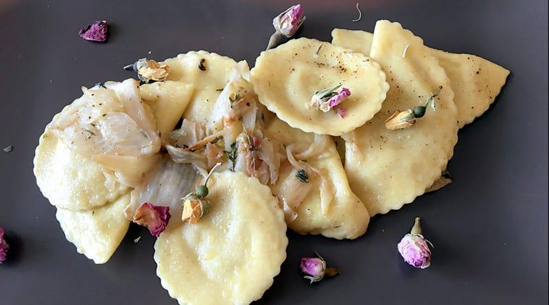 Ravioli con fiori edibili