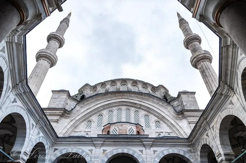 Minareti della moschea di Nuruosmaniy vista dal cortile