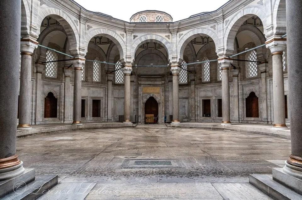 cortile della moschea di nuruosmaniye a istanbul