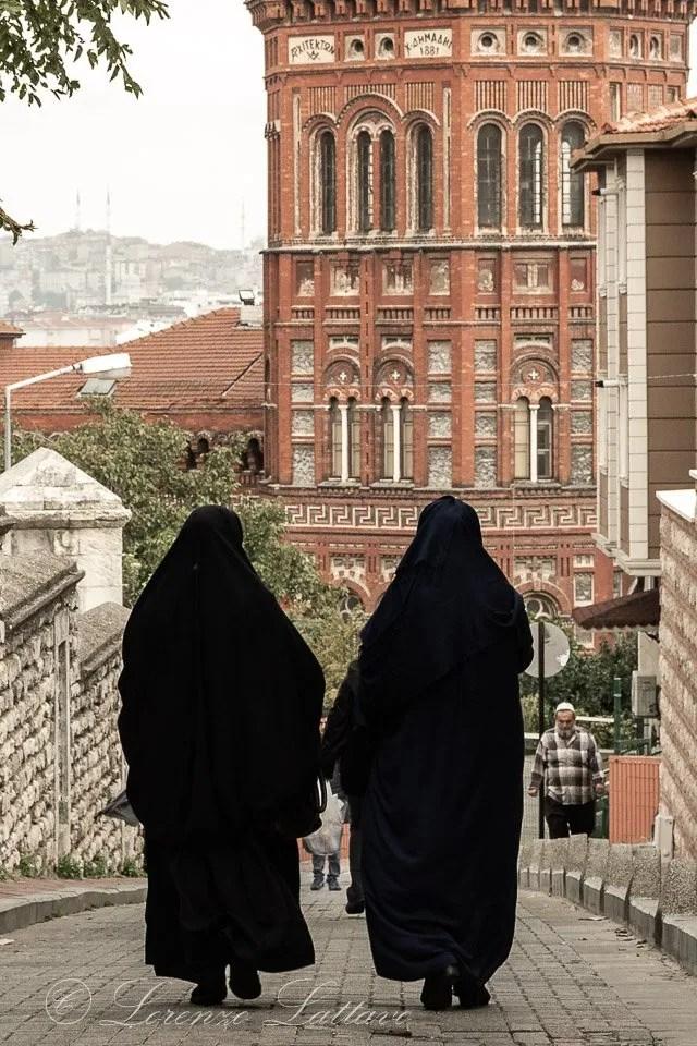 Donne musulmane nel quartiere di fener a istanbul