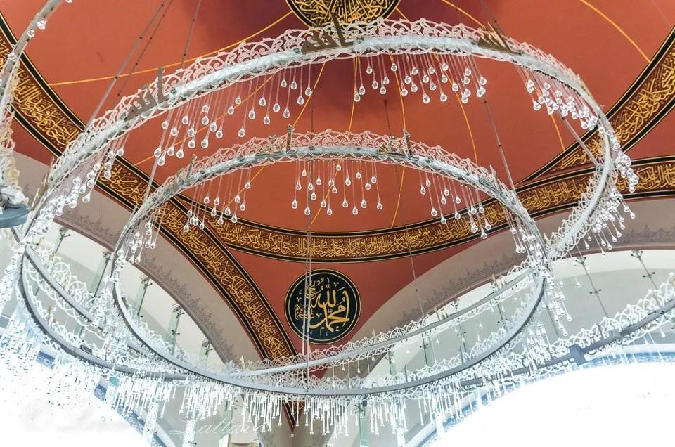 lampadario nella moschea di sakirin a istanbul