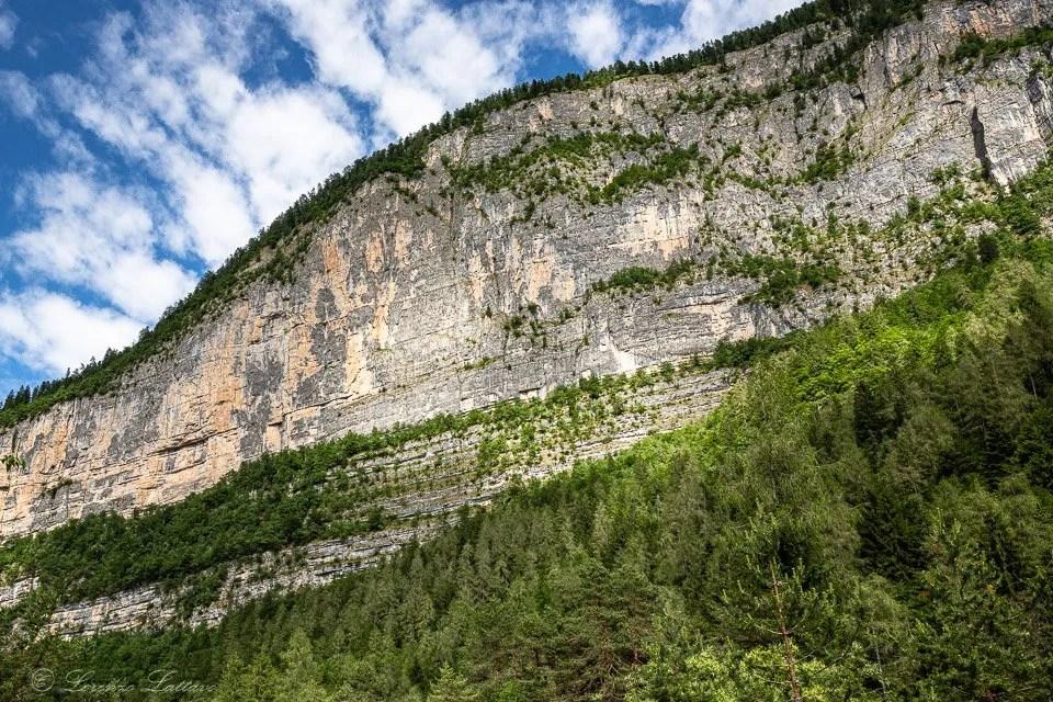 parete rocciosa dal sentiero dei laghi effimeri di tovel