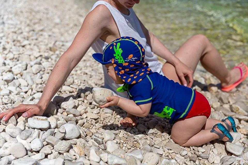 cheilviaggioabbiainizio con i sassi alla spiaggia di antisamos di cefalonia