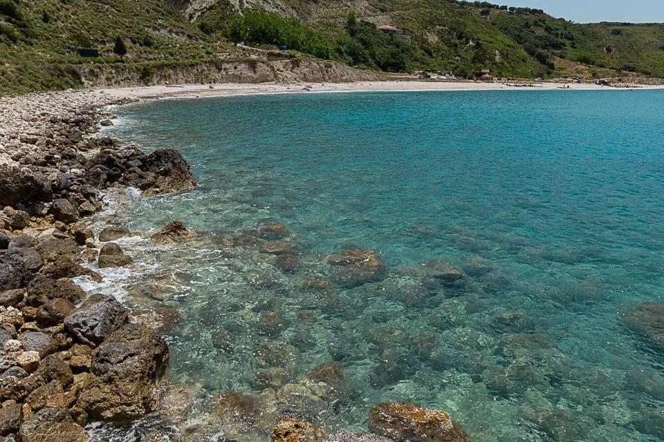 rocce alla spiaggia di agia kiriaki a cefalonia