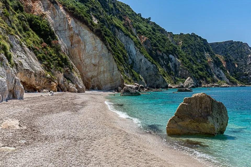 parete rocciosa alla spiaggia di petani a cefalonia