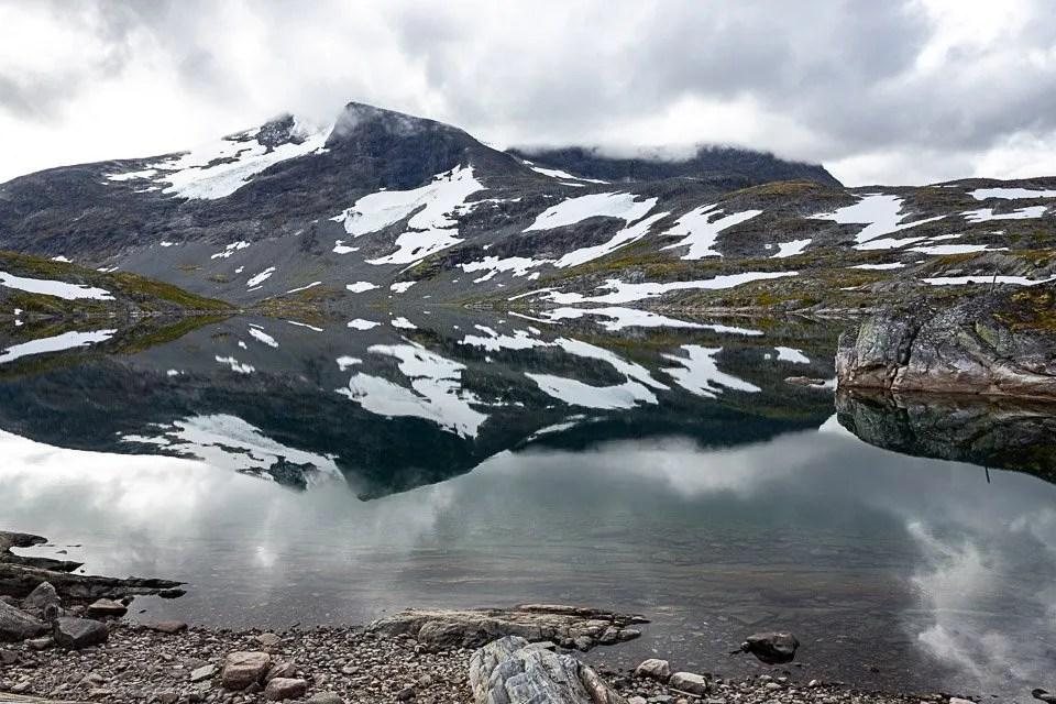 Montagna riflessa nel lago nello Jotunheimen Nasjonalpark