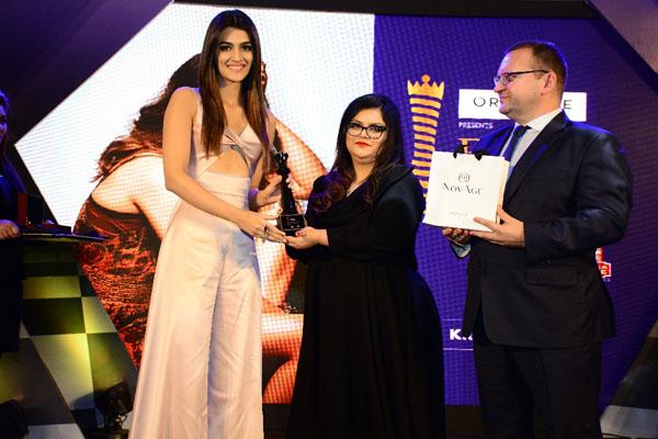 (From Left) Kriti Sanon receiving the award from Tanya Chaitanya, Editor Femina and Kanashin Sergei, SVP Head of South Asia & MD Oriflame India