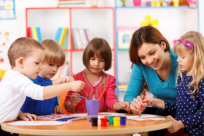 woman-teaching-young-kids