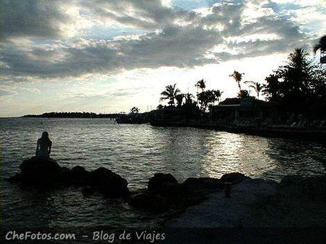 Sirena al aterdecer en Islamorada, Floria