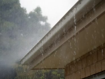 Four Reasons to Hire Gutter Cleaning Services