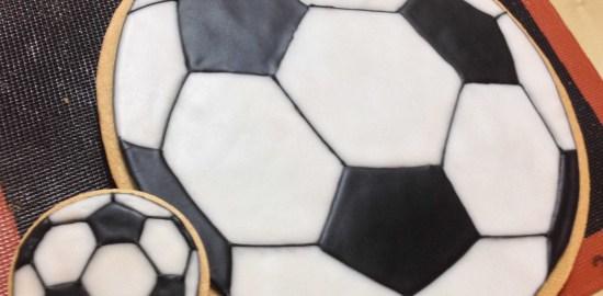 サッカーボールのアイシングクッキー