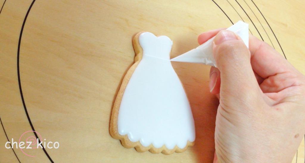 レース模様のウェディングドレスのアイシングクッキー