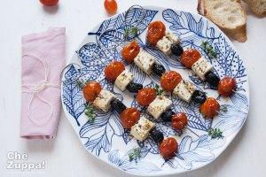 spiedini con pomodorini feta e olive nere - foto di Alessandro Gerbino