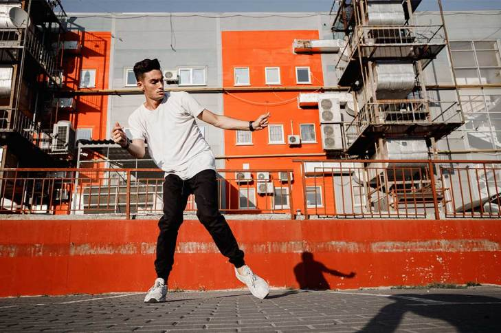 Chico bailando en medio de la calle