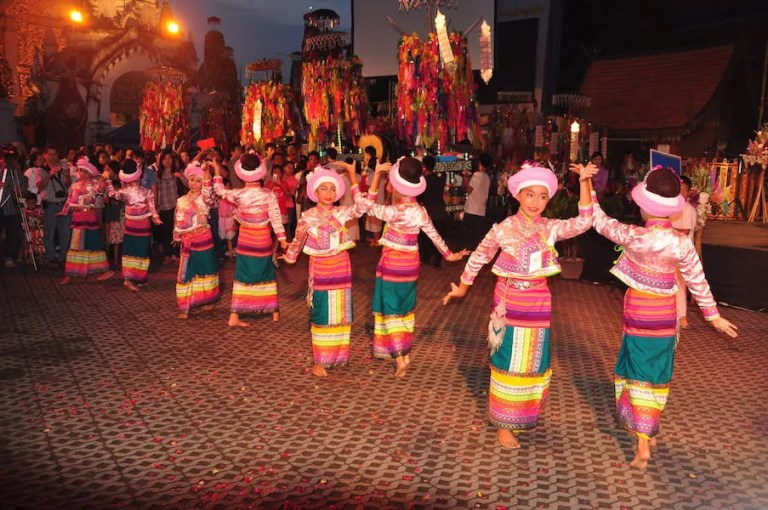 Dance of girls in traditional dress