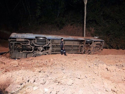 This bus crashed off a small bridge in Phitsanulok's Nakhon Thai district and plunged to the ground five metres below the road. (Photo by Chinnawat Singha) Please credit and share this article with others using this link:http://www.bangkokpost.com/breakingnews/397948/22-injured-as-bus-crashes-off-bridge. View our policies at http://goo.gl/9HgTd and http://goo.gl/ou6Ip. © Post Publishing PCL. All rights reserved.