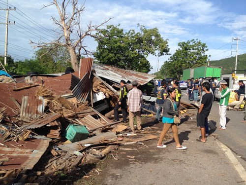 Local people inspect the wreckage of roadside stalls hit by a van in Muang district of Prachuap Khiri Khan. (Photo by Chaiwat Satyaem)
