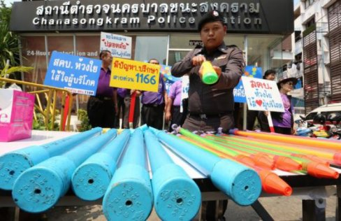 Police Seized 48 high-pressure water guns from Khao San Road