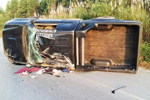 A pickup truck overturn in Krabin Buri district in Prachin Buri province on Sunday, killing four Cambodians. (Photo by Manit Sanubboon)
