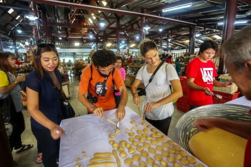 The intricacies of sugarcane are explained at a Petchburi market at TakeMe Tour. Photo/TakeMeTour