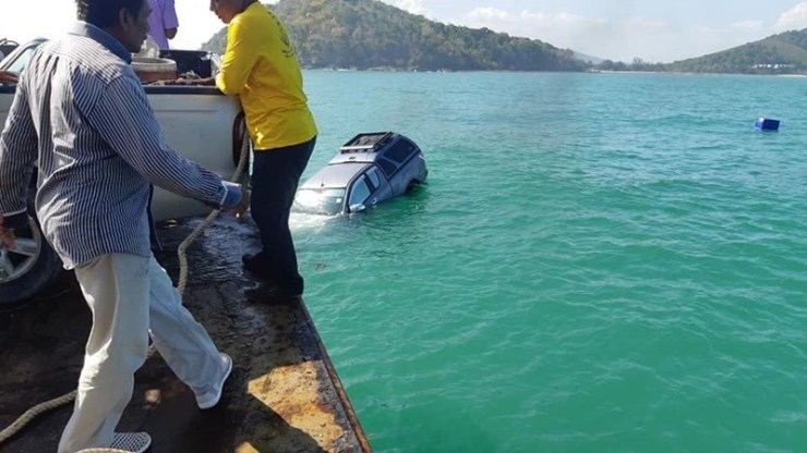 Pickup rolls off ferry into the sea